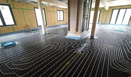 Die Schleifen der Fußbodenheizung wurden verlegt