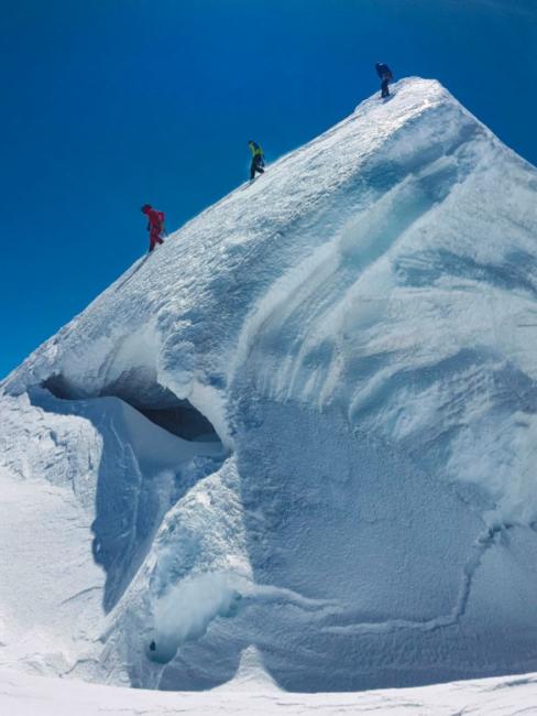 Mitglieder unserer Gruppe steigen vom Gipfel der Ludwigshöhe (4.341 m) ab. Foto: Anne Rattey